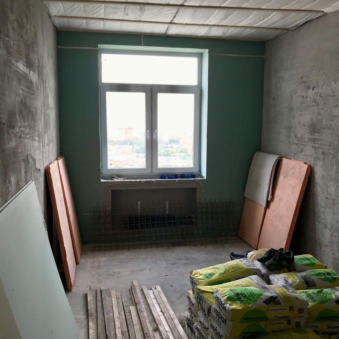 Ещё июнь. Проложили электричество, положили шумоизоляцию, залили пол, соорудили нишу для батареи под окном, уложили утеплитель и шумоизоляцию под потолок